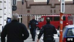 Un vehículo sospechoso, la furgoneta roja que aparece en la foto, es acordonado por la policía cerca del Parlamento Europeo en Bruselas. EFE