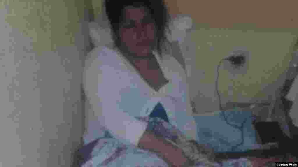 Otra de las cubanas en huelga de hambre descansa en su cama.