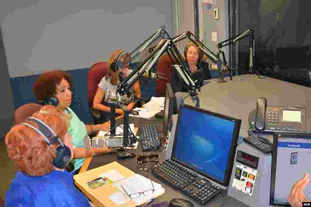 """Imagen de la emisión en directo del programa """"Con voz propia"""" con los representantes de FLAMUR."""