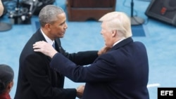 El presidente electo de EE.UU., Donald Trump (d), saluda al presidente saliente, Barack Obama, antes de su investidura como el 45º presidente de los Estados Unidos en una ceremonia ante el Capitolio, en Washington DC (EE.UU.) hoy, 20 de enero de 2017.