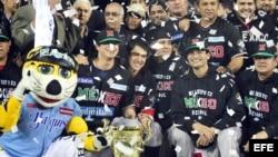 Los jugadores de México celebran el triunfo del equipo 4-3 ante Leones del Escogido de República Dominicana en la Serie del Caribe 2013.