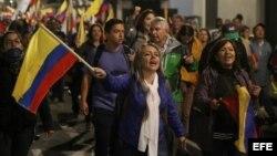 Manifestantes marchan por la calles en apoyo al candidato opositor a las presidenciales ecuatorianas.