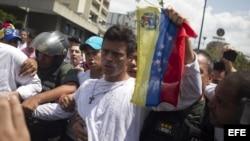 CAR101. CARACAS (VENEZUELA), 18/02/2014.- El dirigente opositor venezolano Leopoldo López (c) se entrega a miembros de la Guardia Nacional (GNB, policía militarizada) en Caracas (Venezuela).