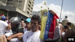 Leopoldo López entregándose a miembros de la Guardia Nacional (18 de febrero de 2014).