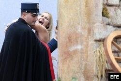 Un miembro de la gendarmería vaticana cubre y detiene a una activista de Femen que intentó llevarse la figura del niño Jesús .