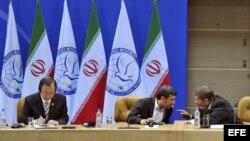 El presidente de Irán, Mahmud Ahmadineyad (c), habla con el presidente de Egipto, Mohamed Morsi (d), mientras el secretario general de la ONU, Ban Ki-moon (i), les escucha durante la ceremonia de apertura de la Cumbre de los NOAL, en Irán.