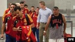 Pedro Rodríguez (adelante) y Xavi Hernández (2i) a su llegada junto a sus compañeros de la selección de España al aeropuerto internacional de Miami, Florida (EEUU).