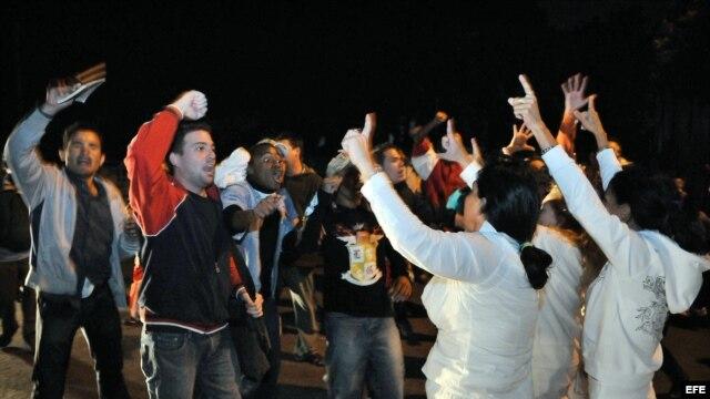 Archivo. Las Damas de Blanco son hostigadas por una turba de 200 seguidores del Gobierno cubano durante una marcha en el centro de La Habana, Cuba, por el Día Internacional de los Derechos Humanos.