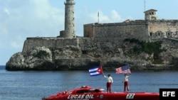 Los pilotos estadounidenses de lanchas rápidas Nigel Hook y Jay Johnson rompieron hoy el récord mundial de velocidad en el recorrido desde Cayo Hueso a La Habana.