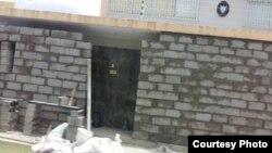 Edificación de un muro protector en la embajada de Cuba en Caracas.