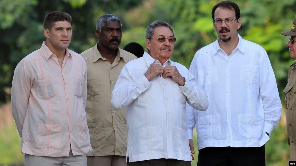 Raúl Castro con su hijo y su nieto.