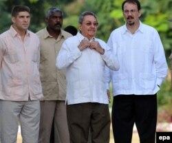 Raúl Castro y su hijo, Alejandro Castro.