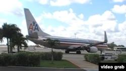 Un avión de American Airlines abandona la Terminal 2 del aeropuerto José Martí de La Habana.