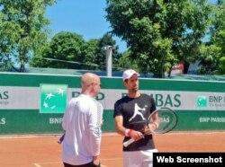 (i-e) El entrenador Andre Agassi y Novak Djokovic.