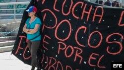 Opositores bloquean diferentes vías hoy, martes 8 de agosto de 2017, durante una manifestación en Caracas.
