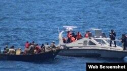 13 cubanos rescatados por la Marina de México en aguas de Yucatán.