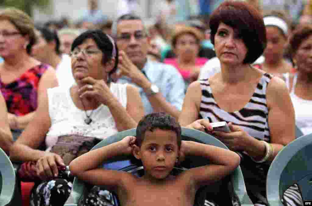 Decenas de personas asisten a una oración por la paz en La Habana.
