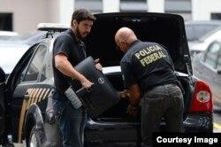 Agentes federales descargan en la sede de la policía en Río de Janeiro pruebas recogidas durante operación Lava Jato. (Tania Rego/Agencia Brasil)