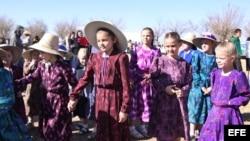 Niños menonitas permanecen en una de sus comunidades de Chihuahua (México).