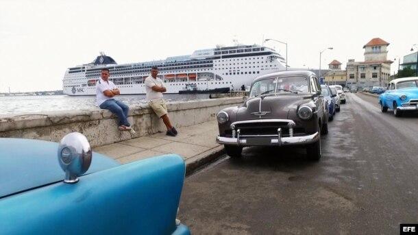 Un crucero arriba al Puerto de La Habana.