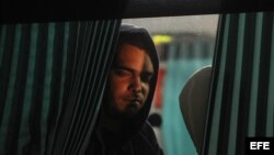 Cubanos en tránsito hacia Estados Unidos viajan en un autobús este13 de enero de 2016, en el paso por la frontera La Hachadura, entre Guatemala y El Salvador