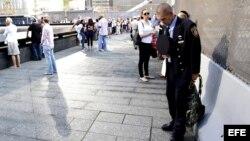 William Maher, un bombero voluntario, llora frente al monumento a las víctimas del 11-S en el World Trade Center de Nueva York, Estados Unidos.