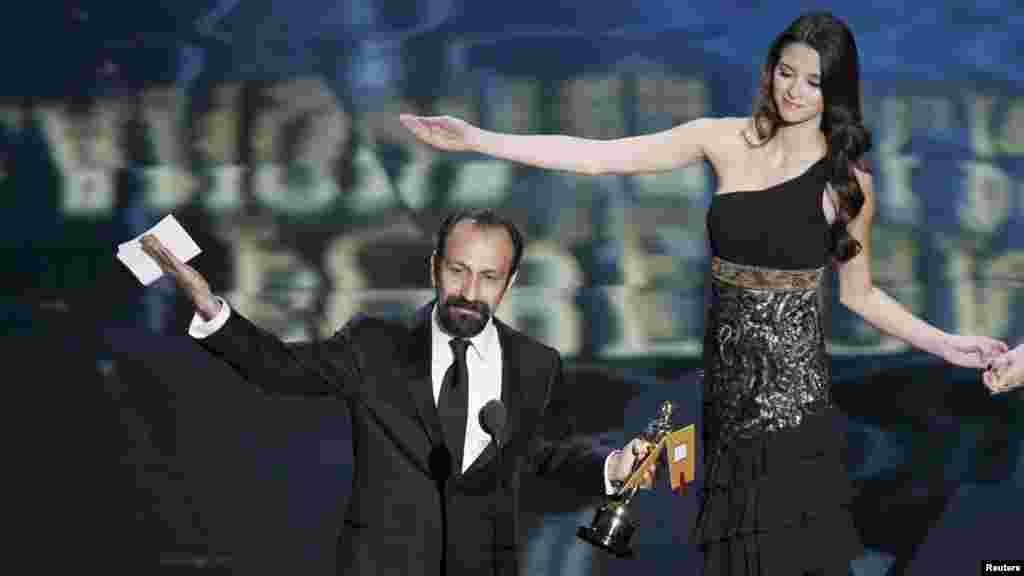 """Estados Unidos - Asghar Farhadi, director del filme irani """"A Separation"""" recibe la estatuilla por el Mejor filme extranjero en el aniversario 84 del Oscar la noche del 26 de febrero en Los Angeles, California"""