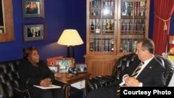 Yris Tamara Pérez Aguilera departe en Washington con el congresista Mario Diaz-Balart.
