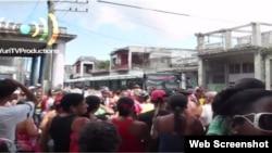Manifestantes en 10 de Octubre exige al gobierno agua, comida y electricidad. (Captura de video/Yuri Valle Roca)