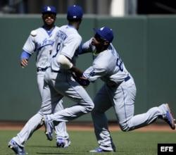 Yasiel Puig (d) de Dodgers en acción junto a sus compañeros Dee Gordon (c) y Matt Kemp (i) ante Gigantes.