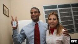 Fotografía de archivo del disidente cubano Oscar Elías Biscet, junto a su esposa Elsa Morejón. EFE/Rolando Pujol