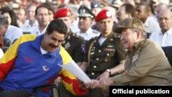 Raúl Castro (d) y Nicolás Maduro en Santiago de Cuba para el 60 aniversario del asalto al cuartel Moncada.