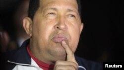 En esta foto de archivo Chávez habla a los medios luego de uno de sus viajes a Cuba