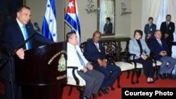 Presidente Porfirio Lobo con médicos cubanos.