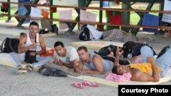 """Cubanos en un albergue habilitado por el Gobierno de Costa Rica. Foto: """"Prensa Libre""""."""