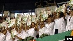 Médicos cubanos muestran diplomas en La Habana