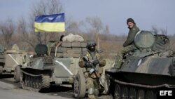 Tropas ucranianas con piezas de artillería, durante la retirada de armamento pesado cerca de Vasiukovka, Donetsk (Ucrania).