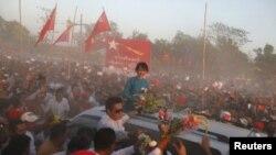 Aung San Suu Kyi saluda a sus seguidores