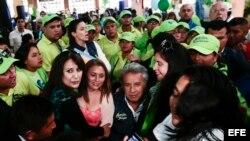 El candidato del movimiento oficialista Alianza País (AP) Lenín Moreno hace campaña en un mercado de Quito.