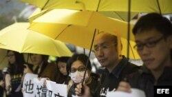 Simpatizantes del movimiento Occupy Central concentrados ante la Comisaría Central de la Policía en Sheung Wan, Hong Kong.