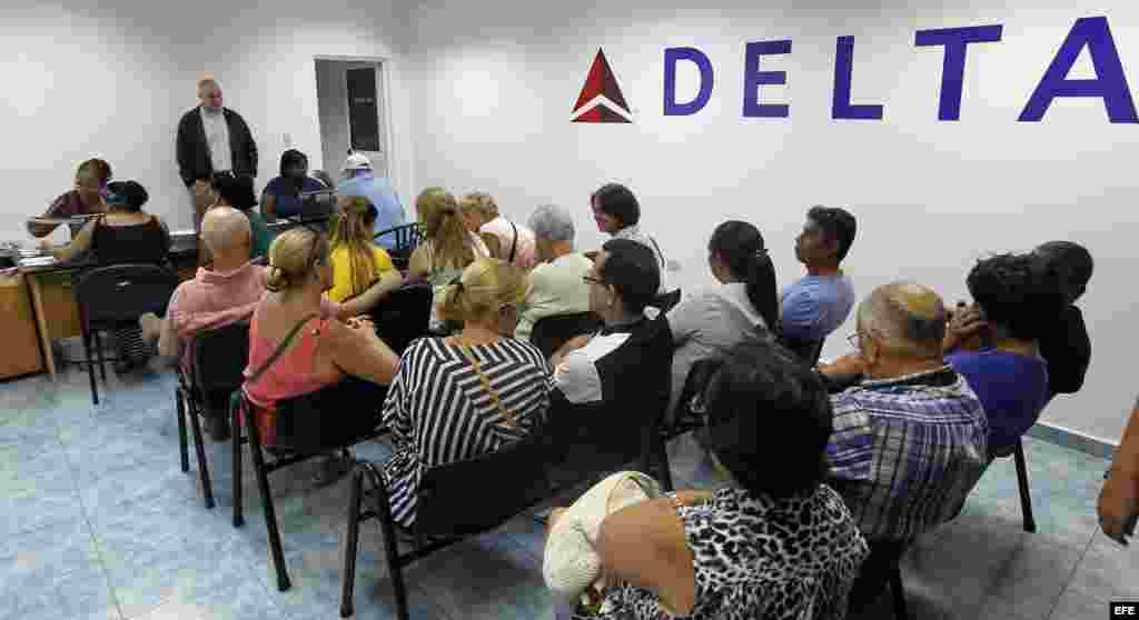 Clientes de la aerolínea estadounidense Delta esperan atención en una oficina hoy, viernes 11 de noviembre de 2016, en La Habana (Cuba).