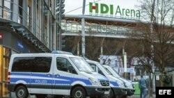 Varios vehículos de policía permanecen en el exterior del estadio de fútbol HGI-Arena en Hannover (Alemania) hoy, 17 de noviembre de 2015.