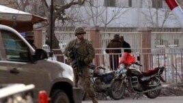 Un soldado estadounidense monta guardia a la entrada del Ministerio del Interior afgano en Kabul, Afganistán.