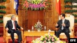El primer ministro vietnamita, Nguyen Tan Dung (d), conversa con el gobernante cubano, Raúl Castro, durante su reunión en Hanoi, Vietnam. EFE/LUONG THAI LINH