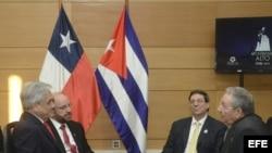 Sebastián Piñera (i), su canciller, Alfredo Moreno (2i), junto a Raúl Castro (d), y su ministro de exteriores, Bruno Rodríguez (2d), durante una reunión sostenida en Santiago de Chile