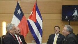 Sebastián Piñera (i), su canciller, Alfredo Moreno (2i), junto a Raúl Castro (d), y su ministro de exteriores, Bruno Rodríguez (2d), durante una reunión sostenida en Santiago de Chile.