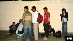 Un grupo de Indocumentados permanece en las instalaciones del regimiento militar de la ciudad de Reynosa (México).