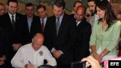 Scott firma la ley 959 en la Torre de la Libertad