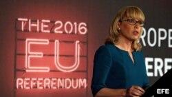 La jefe del conteo oficial para el referendo de la Unión Europea, Jenny Watson, anuncia que las urnas están cerradas y que el conteo inicia en Manchester Town Hall.
