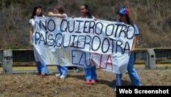 Un grupo de estudiantes venezolanos porta una pancarta en la que piden el nacimiento de otra Venezuela.
